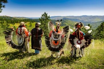 Un gruppo di indiani con i costumi tradizionali ad un Powwow in South Dakota.