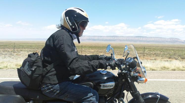 Tiziano Cantatore in sella ad una Triumph lungo le Badlands